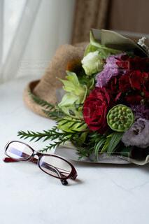 テーブルの上のシックな花束の写真・画像素材[4221484]