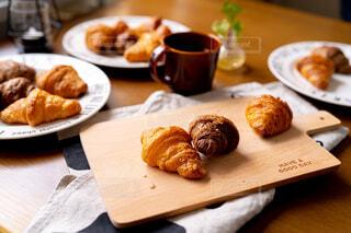 クロワッサンで朝食をの写真・画像素材[4345188]