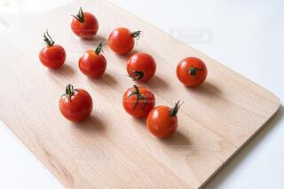 ボードの上のプチトマトの写真・画像素材[4705156]