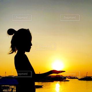 水の体に沈む夕日の写真・画像素材[1269091]
