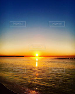 水の体に沈む夕日の写真・画像素材[1269105]