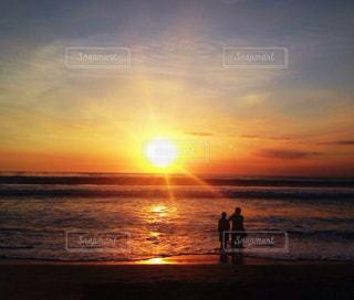 水の体に沈む夕日の写真・画像素材[1269118]