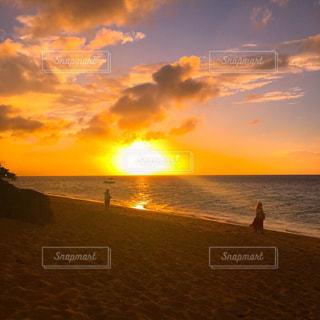 水の体に沈む夕日の写真・画像素材[968391]