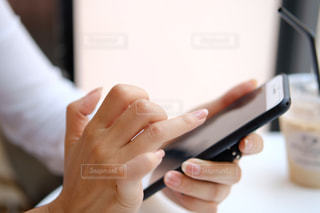 携帯電話を使用している人の写真・画像素材[763072]