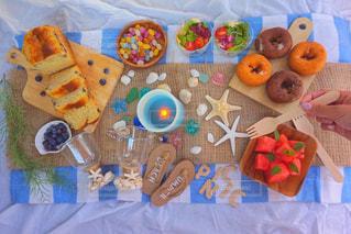 テーブルの上に食べ物の種類でいっぱいのボックスの写真・画像素材[1041606]