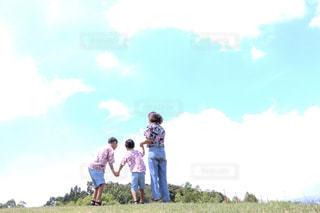 フィールドに立っている人の写真・画像素材[1375362]