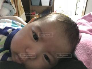 赤ちゃんのベッドの上で横になっています。の写真・画像素材[911024]