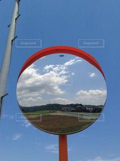 鏡に写る世界の写真・画像素材[1094937]