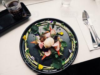 テーブルの上に食べ物のプレートの写真・画像素材[801752]