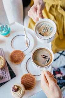 一杯のコーヒーを保持している人の写真・画像素材[1464273]