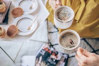 一杯のコーヒーを保持している人の写真・画像素材[1464279]
