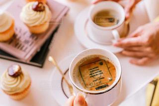 テーブルの上のコーヒー カップの写真・画像素材[1464280]