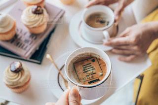 テーブルの上のコーヒー カップの写真・画像素材[1464281]