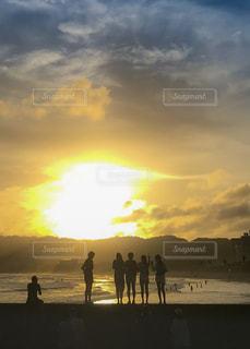 日没の前に立っている人々 のグループの写真・画像素材[1456759]
