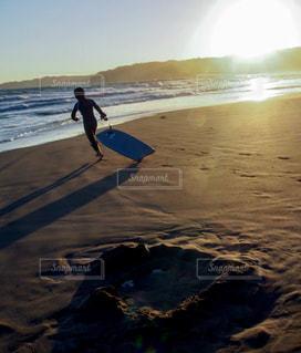 子ども,海,空,スポーツ,屋外,太陽,ビーチ,雲,青空,浜辺,サンセット,運ぶ,応援,ボード,勢い,ボディーボード