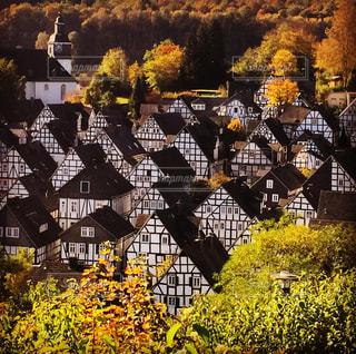 小さな村の紅葉の写真・画像素材[844271]