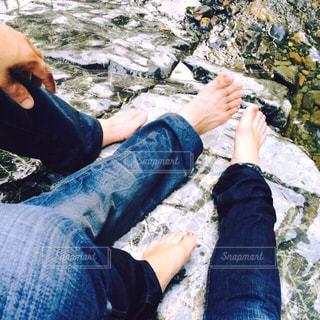 水に濡れたジーンズの足元の写真・画像素材[1835920]