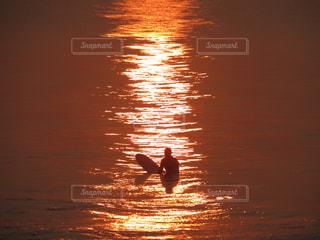朝焼けのサーファーの写真・画像素材[2657614]