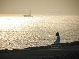 輝く海を眺めるの写真・画像素材[2669009]