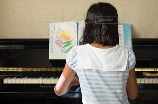 ピアノを弾く少女の写真・画像素材[3200177]