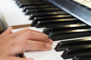 ピアノの鍵盤を叩く指先の写真・画像素材[3200175]
