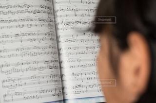 楽譜を見る少女の写真・画像素材[3200176]