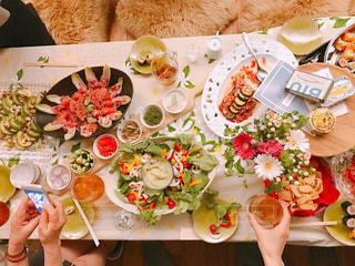 テーブルの上に食べ物のプレートの写真・画像素材[1056813]