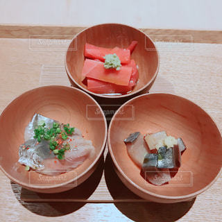 板の上に食べ物のボウルの写真・画像素材[1065102]