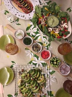 テーブルな皿の上に食べ物の種類をトッピングの写真・画像素材[1065120]
