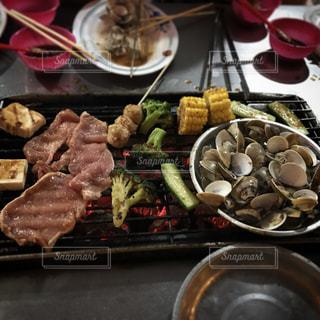 板の上に食べ物の束の写真・画像素材[1237747]
