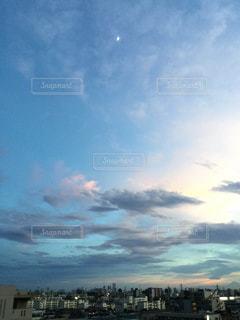 都市上空に浮かぶ雲のグループ - No.980001