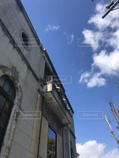 建物の側に時計と大きな背の高い塔の写真・画像素材[1114356]