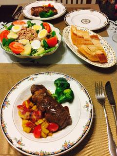 テーブルな皿の上に食べ物の種類をトッピングの写真・画像素材[777806]