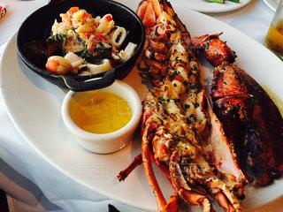 テーブルの上に食べ物のプレートの写真・画像素材[806037]