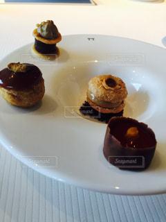 白プレート チョコレート覆われたドーナツをトッピングの写真・画像素材[823744]