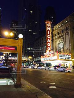 近くに夜の忙しい街のアップの写真・画像素材[1011025]