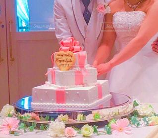 ウエディング ケーキを切る女性 - No.824349