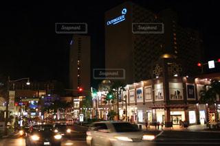 夜のトラフィックでいっぱい街の通りのビューの写真・画像素材[919604]