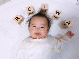赤ん坊を抱いている手の写真・画像素材[2108466]