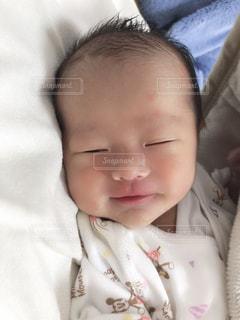 ベッドに横たわる赤ん坊の写真・画像素材[2331026]