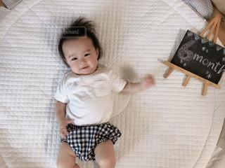 ベッドに横たわる赤ん坊の写真・画像素材[2331034]