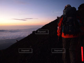 雪に覆われた山に立つ男の写真・画像素材[800508]