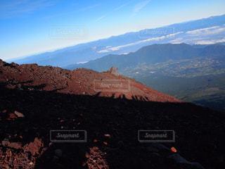背景の大きな山のビューの写真・画像素材[800520]