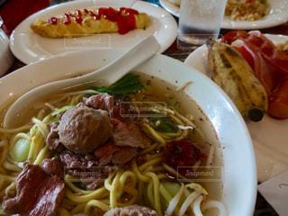 テーブルの上に食べ物のプレートの写真・画像素材[810343]