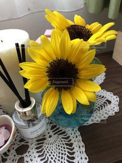 テーブルの上の花瓶の黄色い花の写真・画像素材[2140611]