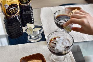 食べ物や飲み物とテーブルに座って人の写真・画像素材[1269475]