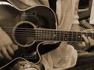 ギターを持っている人の写真・画像素材[810588]