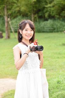 草の中に立っている人の写真・画像素材[1261074]