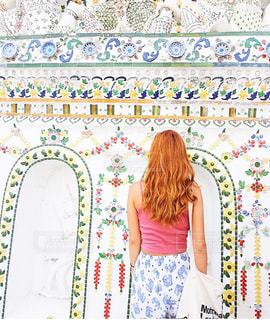 壁の前に立っている女の子 - No.708435