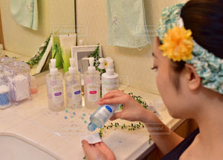 浴室で彼女の歯を磨く女性の写真・画像素材[720023]